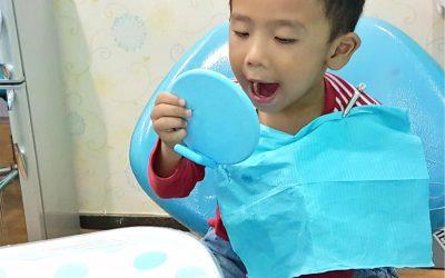 Pentingnya Membiasakan si Kecil ke Dokter Gigi